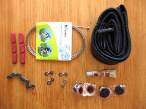 Аптечка для ремонта и ухода за велосипедом. Запасные части для замены.