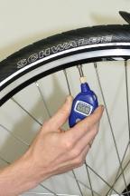 Поддержание необходимого давления в шинах велосипеда.