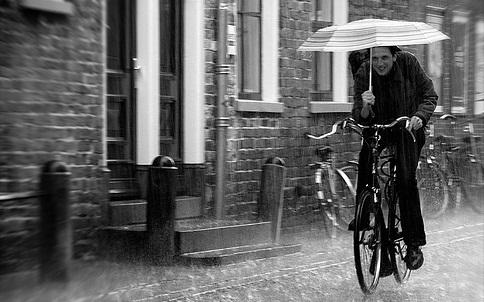 Езда на велосипеде в дождь.