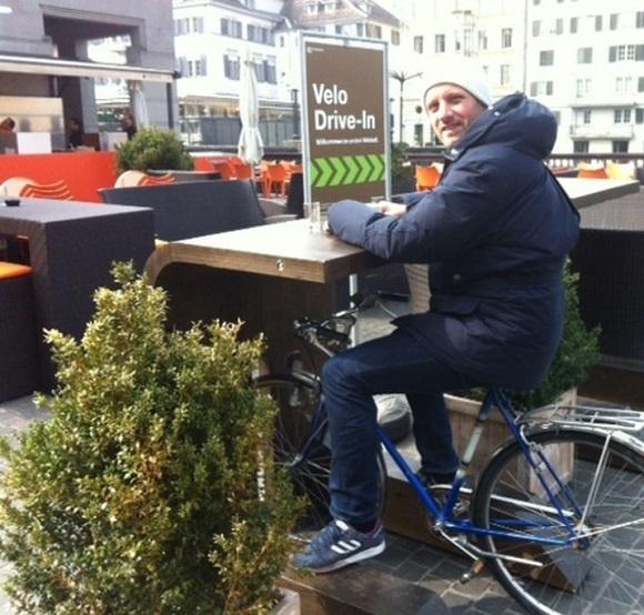 Как выпить кофе в седле велосипеда