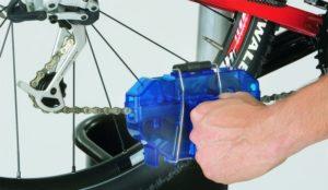 Чистка цепи велосипеда при помощью цепемойки